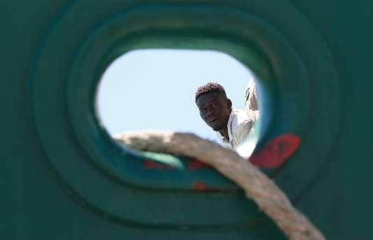 Des migrants sont secourus par un navire de la Guardia civil espagnole, à Salerno (Italie), le 29 juin.