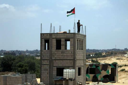 Un membre des forces palestiniennes à la frontière entre la bande de Gaza et l'Egypte.