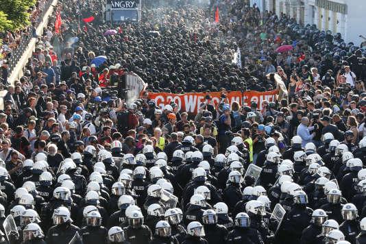 La police a chargé le cortège de 12 000 personnes pour en faire partir plusieurs centaines d'extrémistes encagoulés et habillés de noir et des affrontements ont éclaté dans la foulée.