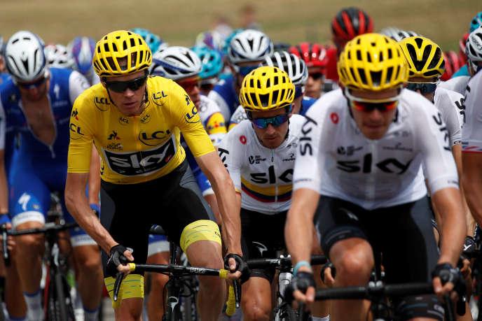 Lors la 6e étape entre Troyes et Vesoul, l'équipe Sky et son leader Christopher Froome mène le train, le 6 juillet REUTERS/Christian Hartmann