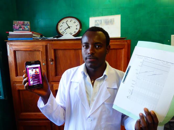 Nigatu Abebe, l'un des sages-femmes du centre de santé de Yubdo, tient en main le smartphone offert par l'organisme danois Maternity Foundation avec les vidéos de pédagogiques de Safe Delivery App.