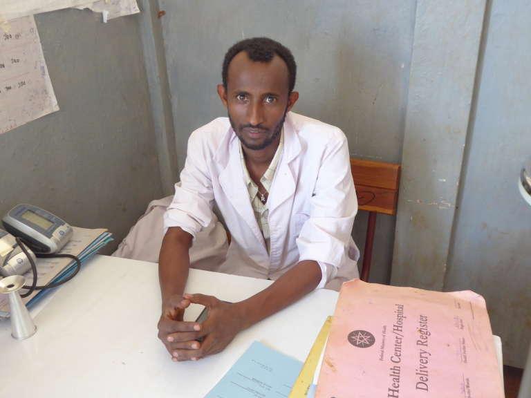 Workina, un des sages-femmes du centre de santé de Yubdo, en Ethiopie, et grand utilisateur de l'application Safe Delivery, qu'il consulte dès qu'il a un moment de pause pour continuer à améliorer sa pratique obstétrique.