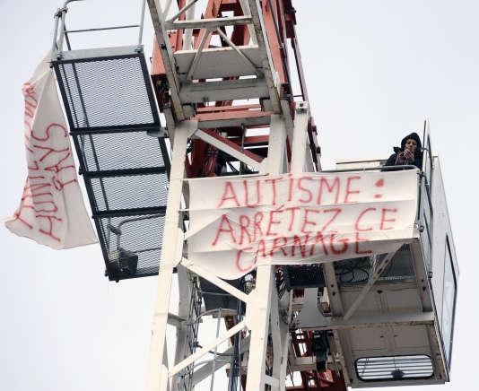 La mère d'un enfant autiste de 8 ans manifeste en haut d'une grue pour exprimer sa colère contre le manque de prise en charge, à Toulouse le 21 mars 2014.