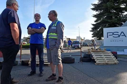 Des travailleurs de GM & S Industry bloquent l'accès à l'usine de Sept-Fons, le6juillet2017.