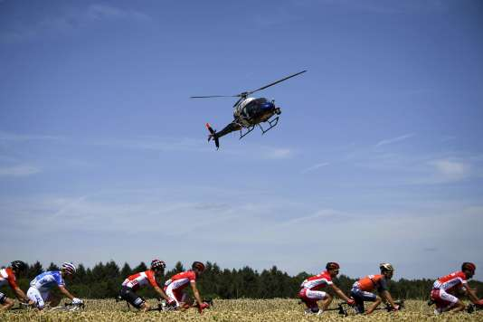 Un hélicoptère filme la cinquième étape du Tour de France, le 5 juillet.