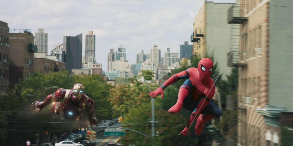 Le Peter Parker nouveau est né après le 11 septembre, un téléphone portable dans une main, un déguisement de superhéros dans l'autre, et une forte sensibilité aux minorités visibles chevillée au corps. Le film fait l'économie du récit originel pour en remixer les fondamentaux au son d'une bande originale pop tendance hip-hop. Le réalisateur John Watts déploie une virtuosité ludique dont la grâce passe moins par les figures aériennes de son personnage que par l'adhésion, légère et sensuelle, de ses pas de danseur à la surface des murs.