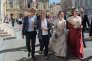 La ministre de la culture Françoise Nyssen (deuxième à gauche) avec la nouvelle reine d'Arles, Nais Lesbros, toute de rouge vêtue, lors de la cérémonie d'ouverture des Rencontres de la photographie d'Arles, le 3 juillet.