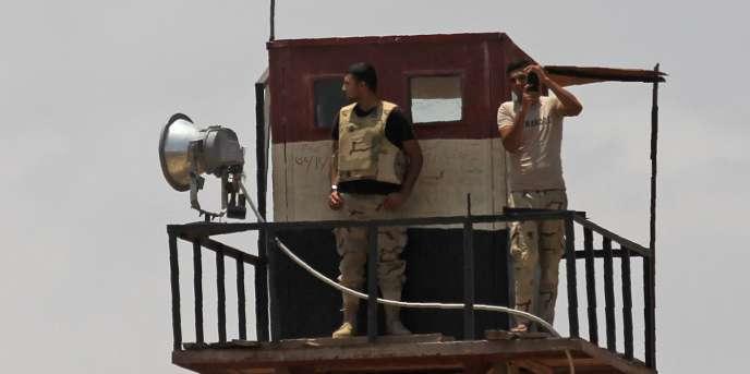 Depuis que l'armée a destitué en 2013 le président Mohamed Morsi, issu des Frères musulmans, des groupes extrémistes --notamment «Province du Sinaï» qui a prêté allégeance à l'EI-- ont multiplié les attentats visant les militaires et les policiers, en tuant des centaines, principalement dans la péninsule du Sinaï.