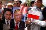 La foule brandit des photos du président américain Donald Trump et de son homologue polonais Andrzeg Duda, à Varsovie le 6 juillet.