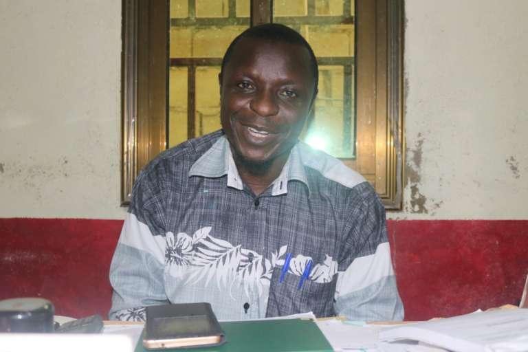 Le toxicologue Mokmbashagle Ismella, directeur du centre de santé Ismaël, près de la décharge d'excréments de Douala, mai 2017.
