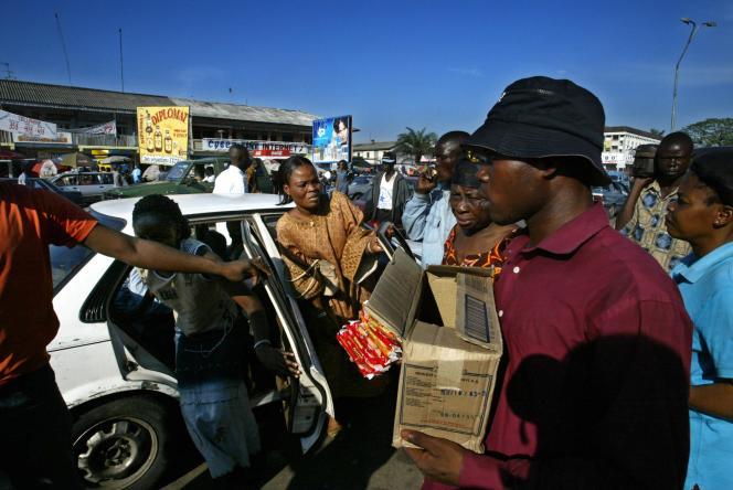 Des vendeurs de rue dans le district central de Kinshasa, en 2004.