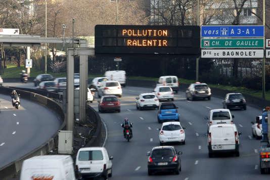 Le boulevard périphérique parisien lors d'un épisode de pollution en mars 2015.
