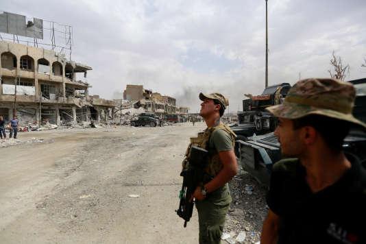 Une équipe d'intervention d'urgence en position lors des affrontements entre police irakienne et combattants de l'Etat islamique, le 7 juillet à Mossoul.