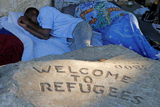 Un migrant dort près de la porte de la Chapelle, à Paris.