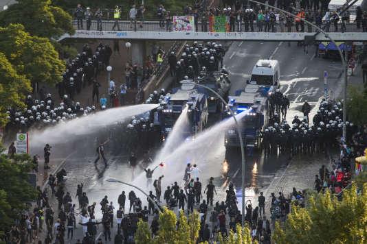 La police allemande disperse une manifestation anti-G20 dans le quartier du port de Hambourg, Allemagne, jeudi 6 juillet 2017.