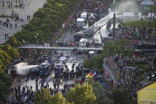 Près de mille policiers supplémentaires devaient être envoyés en urgence de différentes régions de l'Allemagne.