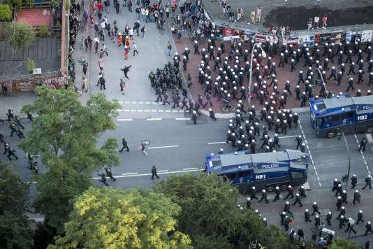 La police allemande disperse les manifestants lors d'une protestation anti-G20, à Hambourg (Allemagne), le 6 juillet.