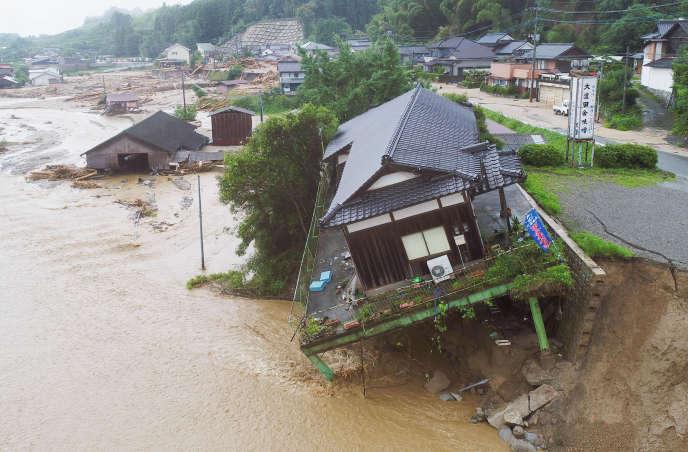 Des maisons s'effondrent dans la boue dans la région d'Asakura, dans le sud-ouest du Japon, le 7 juillet 2017.