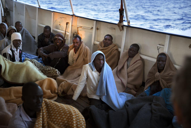 Des migrants secourus par un navire de l'ONG espagnole Bras ouverts, au large de la Libye, le 21 juin.