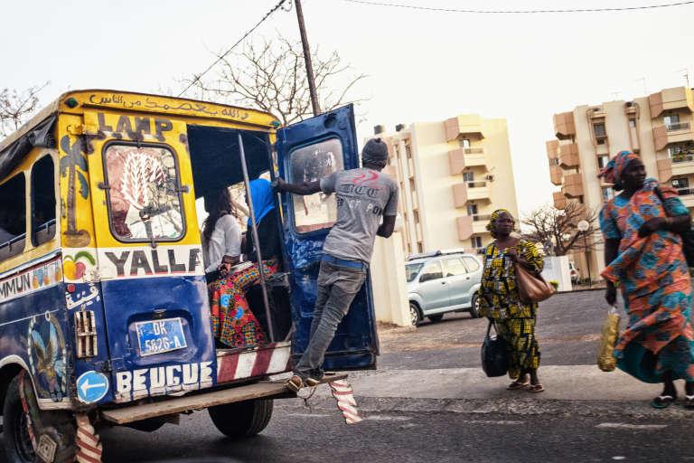 Un«car rapide », taxi collectif populaire pour ses tarifs abordables, dans les rues de Dakar, en mai 2017.