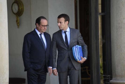 Le président François Hollande et Emmanuel Macron, alors ministre de l'économie et de l'industrie, à l'Elysée le 31 juillet 2015.