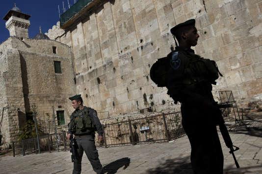 Un policier israélien devant ce que les juifs appellent le tombeau des Patriarches, et les musulmans, la mosquée d'Ibrahim, à Hébron.