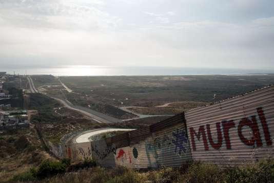 Il existe déjà près de 1 000 kilomètres de mur entre le Mexique et les Etats-Unis.