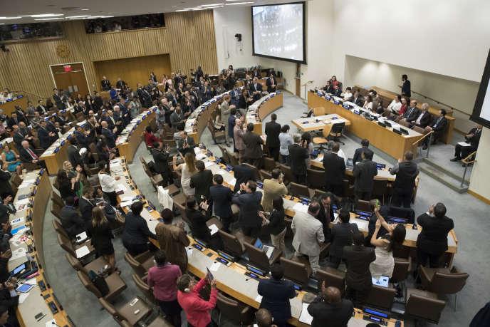 Des délégués des Nations unies applaudissent après l'adoption d'un traité interdisant totalement les armes nucléaires, le 7 juillet 2017, au siège de l'organisation, à New York (Etats-Unis).