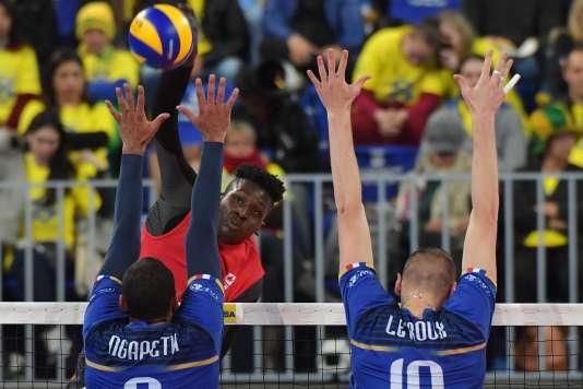 Ngapeth et Le Roux, de l'équipe de France de volleyball, le 7 juillet contre le Canada lors de la demi-finale de la Ligue mondiale.