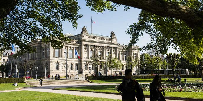 Le Théatre National de Strasbourg (TNS) se trouve sur la place de La République,aménagée en 1883 comme «place impériale». Elle forme le point de jonction entre la cité historique et la Neustadt, Le Palais achevé en1889 était le parlement d'Alsace-Lorraine (Landtag) jusqu'à la fin de la Première Guerre mondiale. Strasbourg 20 avril 2017