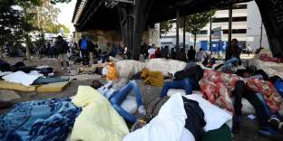 Des migrants lors de l'évacuation d'un campement porte de La Chapelle, à Paris, le 7 juillet 2017.