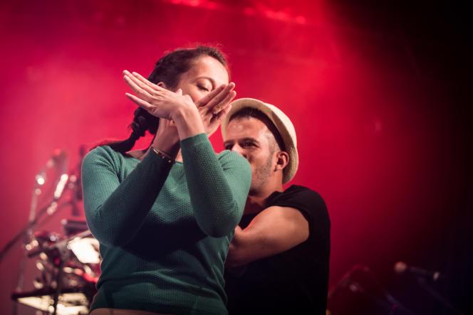 Interprétation en langue des signes pendant le concert de Danakil, vendredi 7 juillet au Foin de la rue.