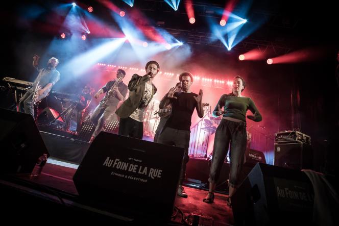 Pendant le concert de Danakil : le chanteur Balik et deux membres de la troupe des Mains balladeuses.