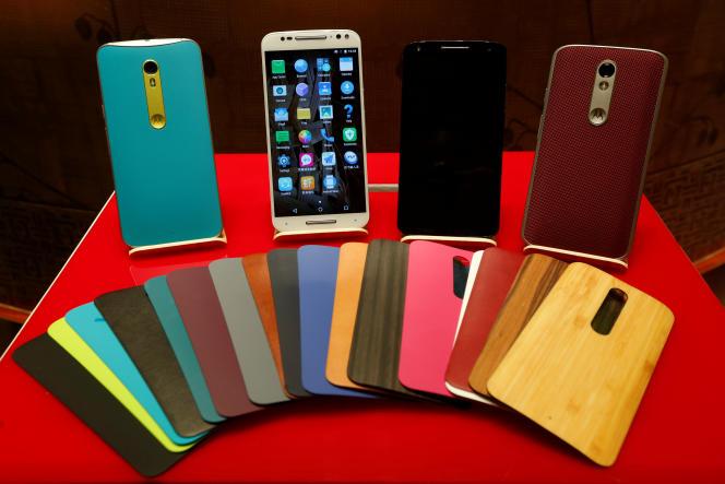 Smartphones Motorola, lors des résultats de Lenovo, à Hongkong, le 26 mai 2016.