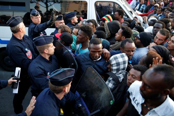 Lors de l'évacuation des migrants à la porte de la Chapelle à Paris, le 7 juillet.