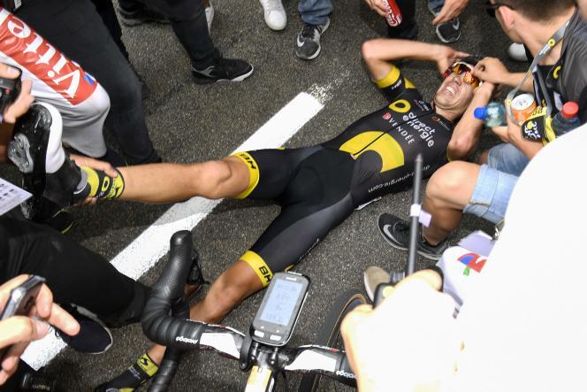 Après sa victoire lors de la 9e étape du Tour de France, Lilian Calmejane s'étire pour combattre des crampes qu'il avait ressenties pendant la course, le 8 juillet/ AFP / Lionel BONAVENTURE