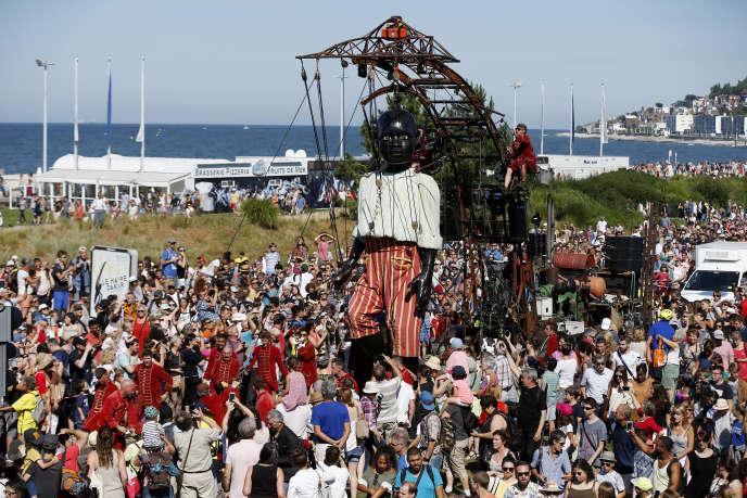 Le 7 juillet, dans les rues havraises, déambule le « Petit géant noir», une marionnette haute de 6,50 mètres, pesant 600kg et dotée de trente manipulateurs.