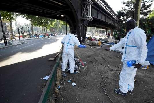 Nettoyage de la zone évacuée, à la porte de la Chapelle, à Paris le 7 juillet.