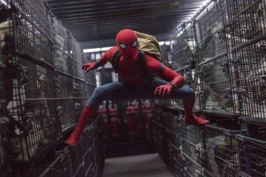 "Tom Holland interprète l'homme-araîgnée dans ""Spider-Man: Homecoming."""
