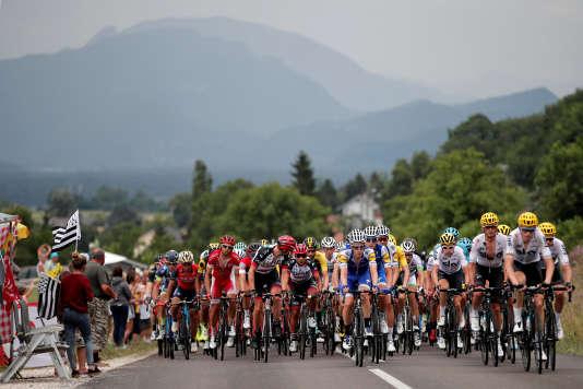 Le peloton du Tour de France lors de la 9e étape de l'édition 2017 entre Nantua et Chambéry, le 9 juillet.