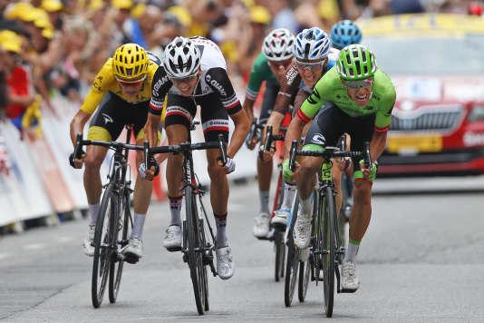 Le Colombien Rigoberto Uran (à droite) s'impose devant, Warren Barguil à gauche à Chambery, le 9 juillet (AP Photo/Peter Dejong)