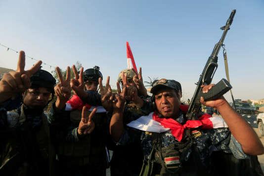 Des policiers irakiens célèbrent l'annonce de la libération de Mossoul, le 9 juillet.