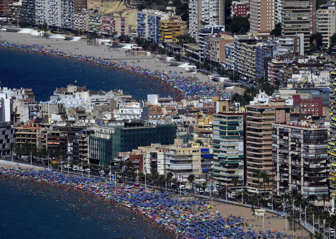 Le bord de mer de Benidorm, près d'Alicante (Espagne), en août 2016.