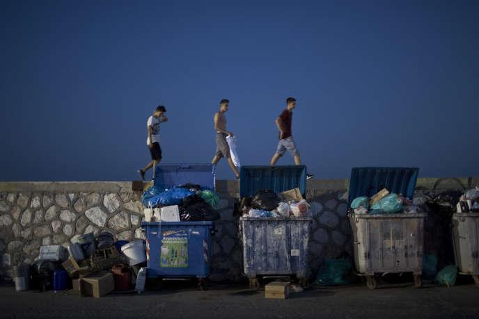 Pendant la grève des travailleurs municipaux, au port de Phalère près d'Athènes (Grèce), le 28 juin.