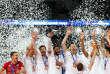 Les Français soulèvent le trophée de la Ligue mondiale après leur victoire en finale face au Brésil.