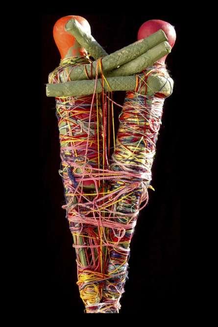 «Parmi les trois statuettes en duo présentées dans l'exposition dans de petites niches intimes, celle de Judith Scott est l'une des premières que la créatrice américaine ait réalisées. Elle atteste de la conscience qu'elle avait de sa gemellité et de l'importance des retrouvailles avec sa soeur qui marque l'émergence de sa production. Dès lors, Judith s'adonne à un rituel qui se répète durant vingt ans, mettant en œuvre une technique innovante où elle enveloppe un corps central de fils, ficelles et cordelettes –comme si elle momifiait un défunt.»