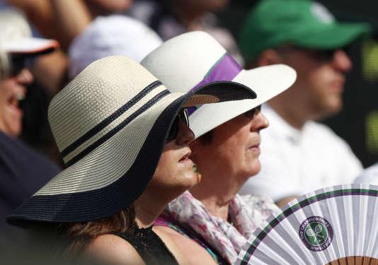 Des spectateurs sur le court central de Wimbledon.