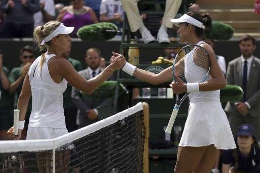 Garbine Muguruza, à droite, et Angelique Kerber après leur affrontement à Wimbledon, le 10 juillet.