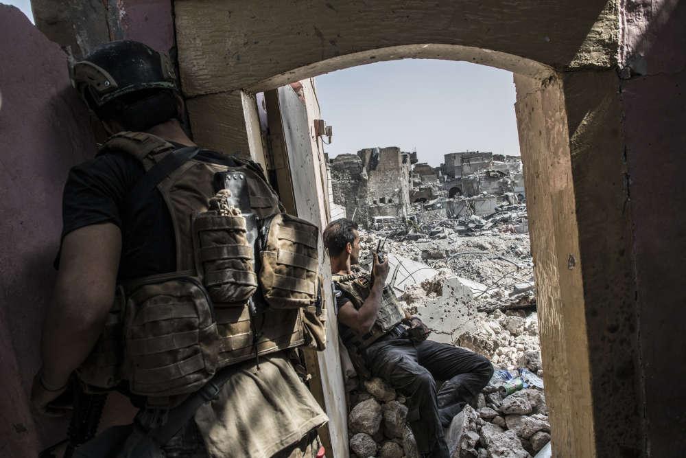 Les forces spéciales irakiennes combattent pour reprendre le contrôle des derniers quartiers de la vieille ville de Mossoul, encore aux mains des combattants de l'EI.