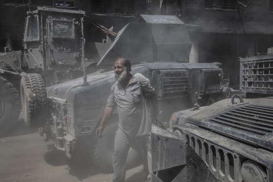 Mossoul, le 30 juin 2017. Des habitants fuient la vieille ville de Mossoul récemment libérée de la présence des combattants de Daech.